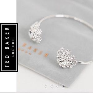 Seniie  Swarovsky Crystal Daisy Lace Bracelet Cuff